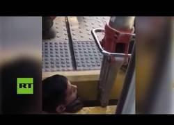 Enlace a Un chico se queda atrapado entre la andana y el tren en Argentina