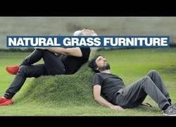Enlace a Inventan unas plantillas de madera para crear sillas 'naturales' en el césped