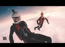 Enlace a La increíble grabación de estos tíos que se lanzaron desde una avioneta al vacío para ver la puesta de Sol