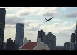 Enlace a Un Boeing C-17 sobrevuela la ciudad de Brisbane (Australia) por medio de dos edificios