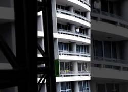 Enlace a Muere una mujer tras caerse al vacío desde un piso 27 por hacerse un selfie