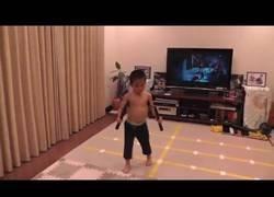 Enlace a Este niño de 5 años imita a la perfección la mítica escena con los nunchakus de Bruce Lee