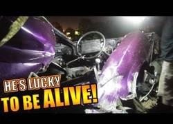 Enlace a El tremendo accidente en una carrera ilegal en el que el conductor salió vivo de milagro