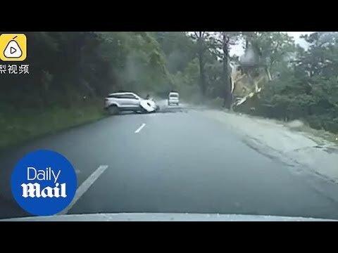Graban el momento exacto en el que una enorme roca cae e impacta contra un coche