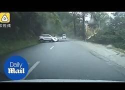 Enlace a Graban el momento exacto en el que una enorme roca cae e impacta contra un coche