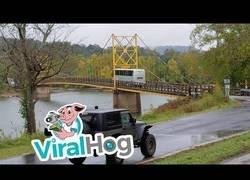 Enlace a Autobusero ignora las señales de este puente y se juega la vida de todos sus tripulantes