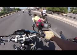Enlace a Hay gente que hace auténticas locuras para adelantar en moto