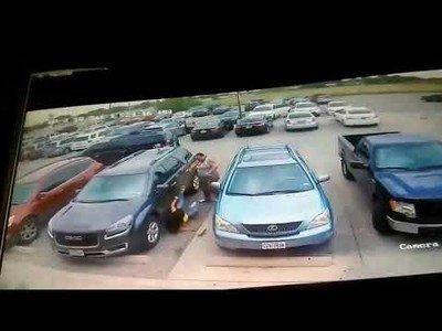 Dos cámaras captan como un hombre da una paliza a dos mujeres por robarle el sitio en un parking