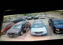 Enlace a Dos cámaras captan como un hombre da una paliza a dos mujeres por robarle el sitio en un parking