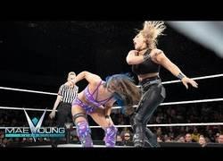 Enlace a Graban el momento en el que una luchadora de WWE se destroza la rodilla