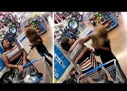 Enlace a Iba a asustar a su madre en el centro comercial y salió realmente mal