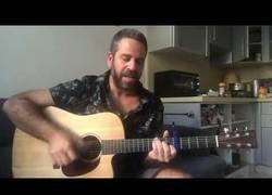 Enlace a El gran cover de Sultans of Swing de este hombre con guitarra en mano