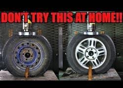 Enlace a Realizan un test de resistencia a un neumático de acero y a otro de aleación ligera (aluminio)