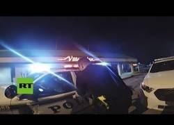 Enlace a Mujer esposada roba un coche de policía