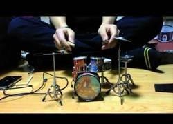 Enlace a Tocando Eyeleses de Slipknot con una mini batería