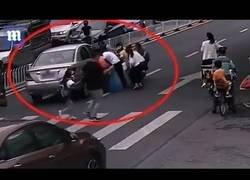 Enlace a Peatones salvan a una niña atrapada bajo un coche