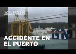 Enlace a Un barco choca contra el puerto de Barcelona
