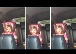 Enlace a Niña pequeña canta Queen