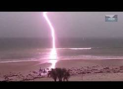 Enlace a Top 7 Most Shocking Lightning Strikes to the Water