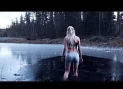 Enlace a Esta chica se mete en agua helada para superar el invierno [subtítulos]