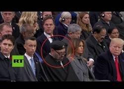 Enlace a El rey de Marruecos se duerme en el homenaje al fin de la I Guerra Mundial y Trump lo pilla
