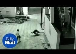 Enlace a Niño sobrevive a una caída gracias a su amigo