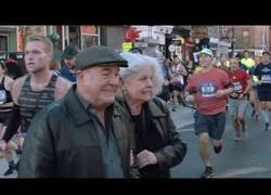 Enlace a Ciudadanos de Nueva York atravesando la maratón