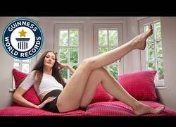 Enlace a Así es la mujer con las piernas más largas del mundo