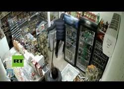Enlace a Empleada expulsa 'a escobazos' a un ladrón de una tienda en Rusia