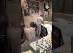 Enlace a Pizzero demuestra su talento a los clientes de un restaurante