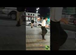 Enlace a Hombre bailando en el metro