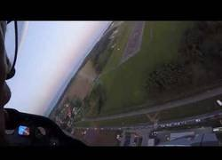 Enlace a Artur Kielak haciendo un vuelo rasante con el avión boca arriba