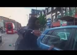 Enlace a Ciclista ataca al conductor que le ha atropellado con un cuchillo enorme