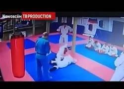 Enlace a Instructor castiga a su alumno con una patada nada merecida