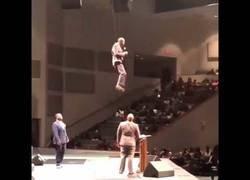 Enlace a Pastor levita durante la misa de domingo