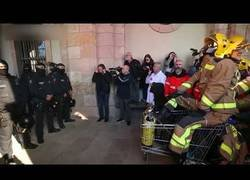 Enlace a El asalto al parlamento. Acción de protesta en Cataluña, España.