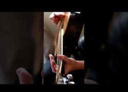 Enlace a Haciendo música con una guitarra rota