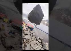 Enlace a Roca cae de la montaña y casi mata a un hombre