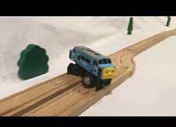 Enlace a Tren haciendo un efecto dominó sobre los raíles