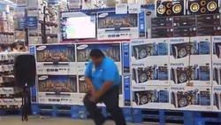 Enlace a Hombre bailando serrucho en el supermercado
