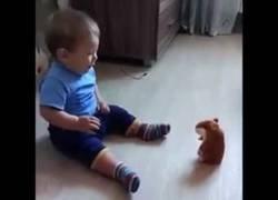 Enlace a Bebé se asusta al intentar hablar con un muñeco