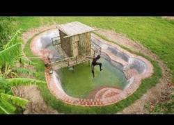 Enlace a Construyen una piscina con las manos
