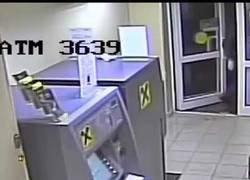 Enlace a Hombre explota un cajero automático y se lleva todo lo que había dentro