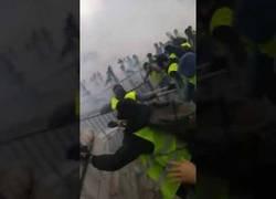 Enlace a Chalecos amarillos están atacando a la policía. El ataque de chalecos amarillos a la policía.