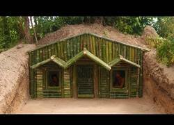 Enlace a Construyen una casa en el bosque con bambú