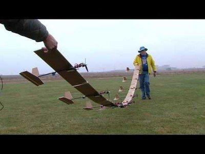 Hacen volar 9 aviones teledirigidos pegados por las alas
