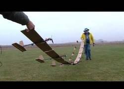 Enlace a Hacen volar 9 aviones teledirigidos pegados por las alas