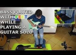 Enlace a Toca una guitarra con las manos y otra con los pies
