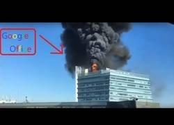 Enlace a Incendio en la oficina de Google en China. La oficina de Google está en llamas.