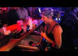 Enlace a Camarera canta mientras sirve copas